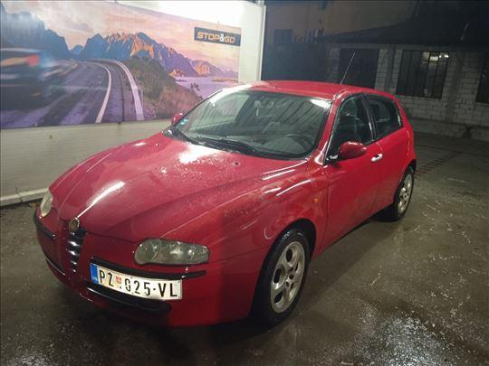 Alfa 147 crvena