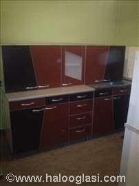 Nova kuhinja sa staklenom vitrinom