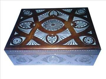 Stara drvena kutija-duborez
