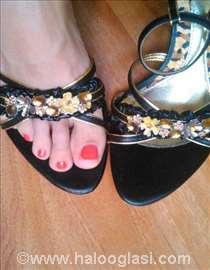 Sandale sa kaišićima oko gležnjeva i cvetićima