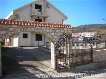 Apartmani u porodičnoj kući u Bečićima
