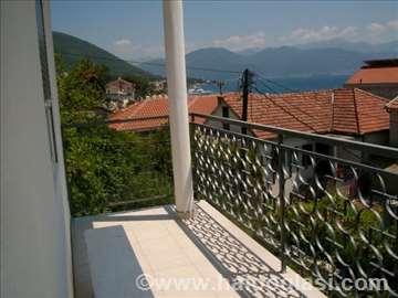 Izdajem apartmane pored mora u Đenoviću