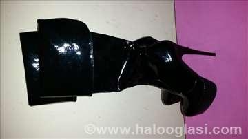 Crne lakovane čizme