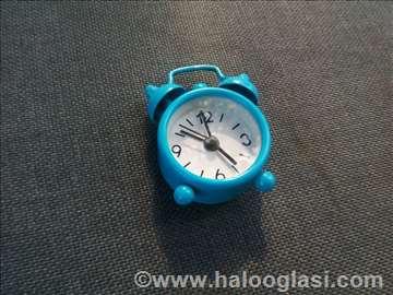 Mali plavi sat budilnik