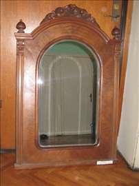 Stilsko drveno ogledalo