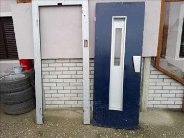 Vrata od lifta sa stokom