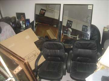 2 frizerske stolice crne i 2 ogledala
