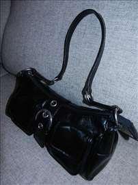 Crna kožna firmirana tašna sa džepovima
