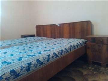 Starinska spavaća soba i komode sa ogledalom