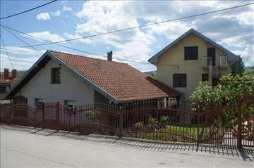Dve porodične kuće u naselju Pahuljica