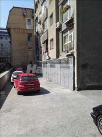 Izdajem poslovni prostor sa izlogom i parkingom