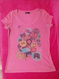 Roze majica sa bedževima