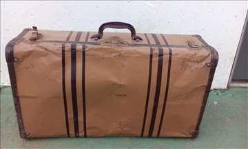Stari metalni kofer