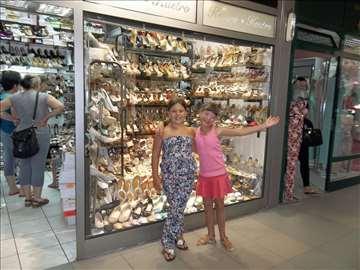 Raznovrsna odeća i obuća za devojčice