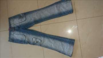 Veliki broj ženskih farmerki i stvari od džinsa