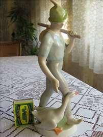 Porcelanska figura dečak sa guskom