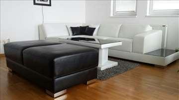 Beli kožni set: ugaona garnitura, tabure, klub sto