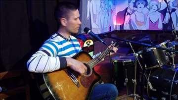 Gitarista svira na knjizevnim vecerima