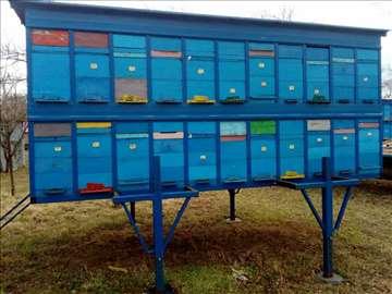 Kamion i dva kontejnera za pčele