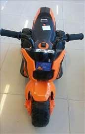 Motor na akumulator crno-narandžasti