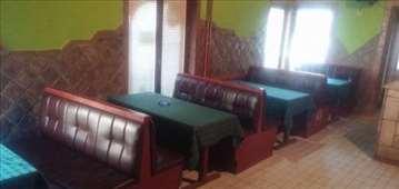 Separei sa stolovima kafiće i klubove