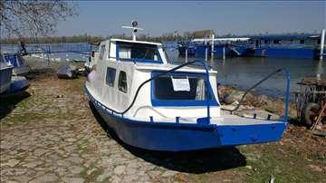 Metalni čamac sa kabinom