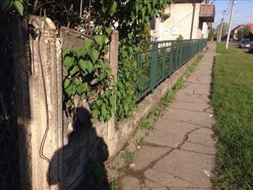 Prodajem gvozdenu ogradu 30 metara + kapija