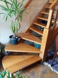 Hrastovo unutrašnje stepenište sa stub. i rukohvat