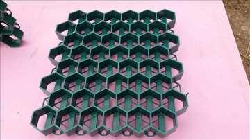 Rasteri-plastično saće za travu
