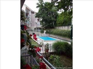 Stan u kompleksu sa bazenom i fantastičnim vrtom!!