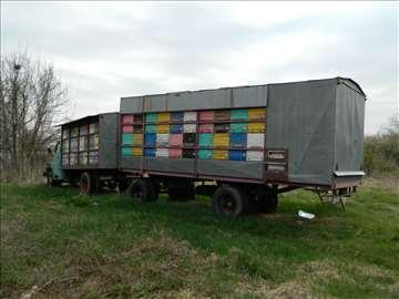 Kamion i prikolica za pčele