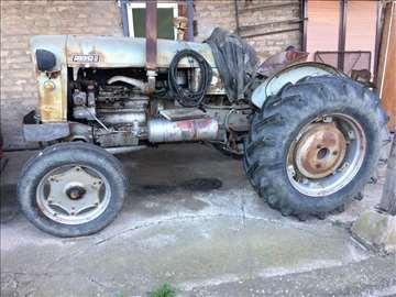 Traktor sa priključnim mašinama