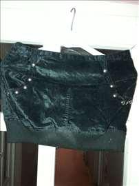 Suknjica mini crna iz Grcke ima sorc ispod