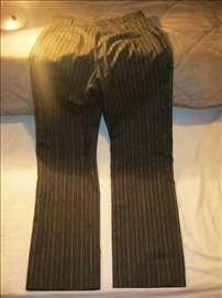 Potpuno nove crne pantalone sa diskretnim belim pr