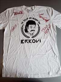 Brkovi, majica potpisana od strane članova benda