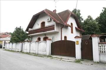 Odlična kuća na Banjici sa dvorištem
