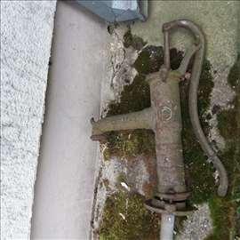 Stara rucna pumpa za vodu