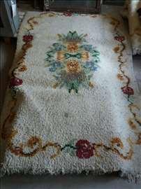 Tepih beli 160x250 cm sa cvetovima.