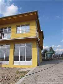 Plac sa halom i poslovnim prostorom
