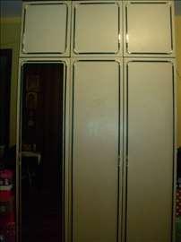 Prodajem trokrilni plakar očuvan sa ogledalom