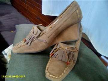 Bez cipele prevrnuta koza
