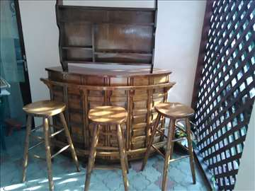 Šank i barske stolice sa policom za piće i lčaše