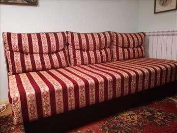 Prodajem kauč na razvlačenje