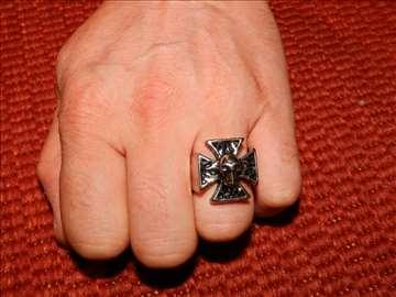 Prsten Iron Cross sa lobanjom - čelik