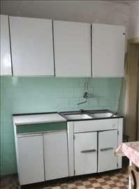 Kuhinja bela i braon