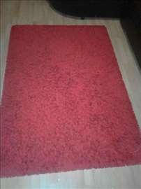 Čupavi crveni tepih