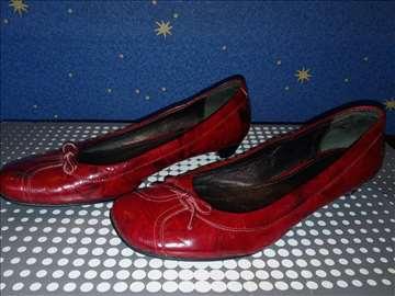 Plitke, ravne crvene cipele od prirodne kože