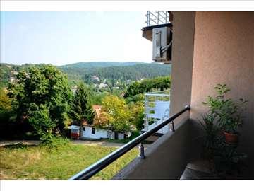 Kvalitetan trosoban stan u potkrovlju u Vrnjačkoj