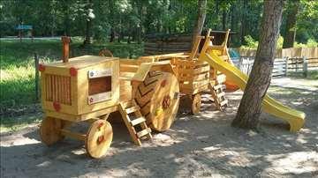 Drveni traktor sa prikolicom i toboganom