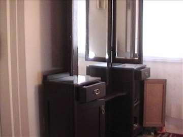 Starinsko ogledalo sa ormarićima- kuvana orahovina